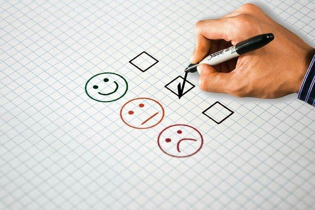 main qui sélectionne un smiley négatif