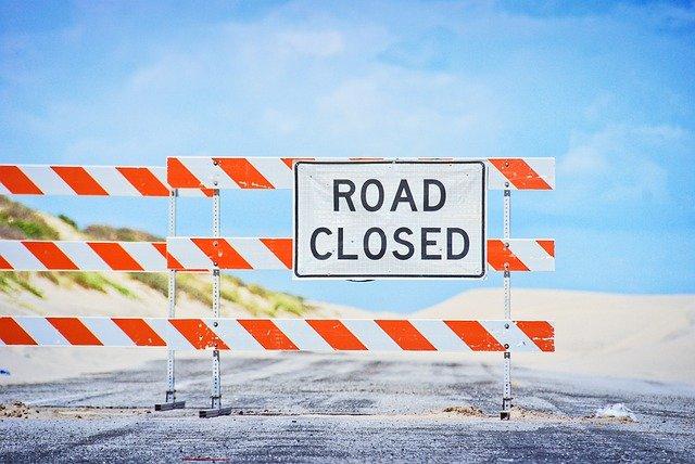 panneau d'une route fermée