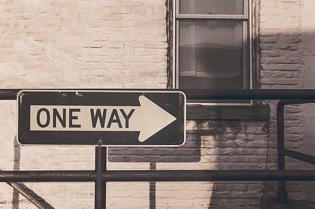 panneau indiquant une direction unique