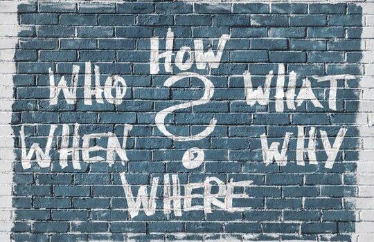 mur avec plusieurs questions que l'on se pose